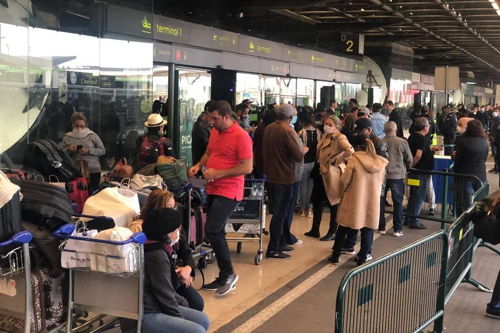 Grupo de brasileiros preso no aeroporto de Lisboa sem conseguir voltar para o país durante o início da pandemia, em março Grupo de brasileiros preso no aeroporto de Lisboa sem conseguir voltar para o país durante o início da pandemia, em março -