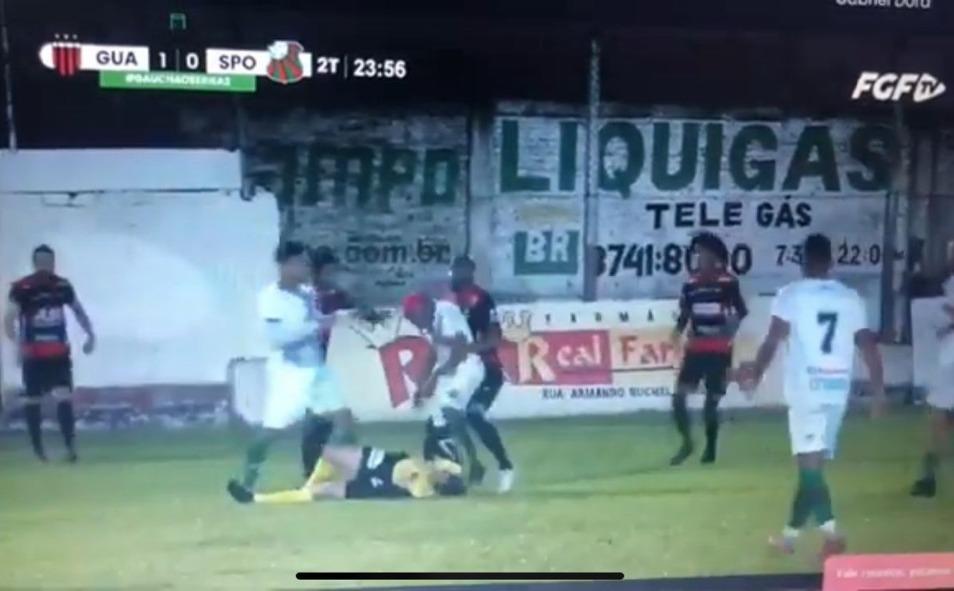 Árbitro desmaia após ser agredido por jogador; vídeo com imagens fortes viraliza