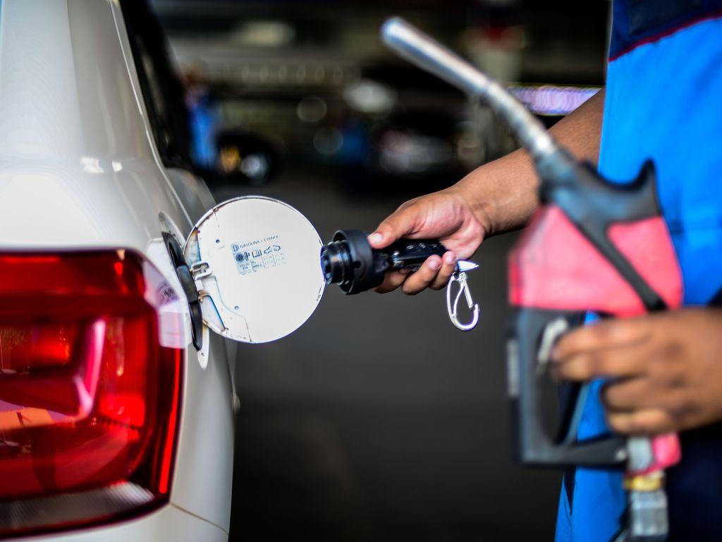 abastecer com gasolina ou álcool